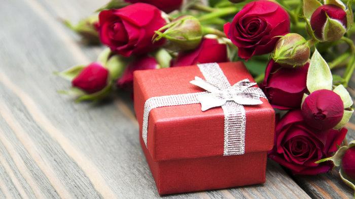 Kwiaty i drobny upominek dla nauczyciela to ładny gest