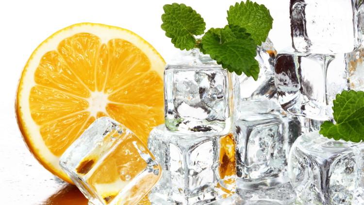 Kostki lodu są podstawą mrożonego napoju w lecie