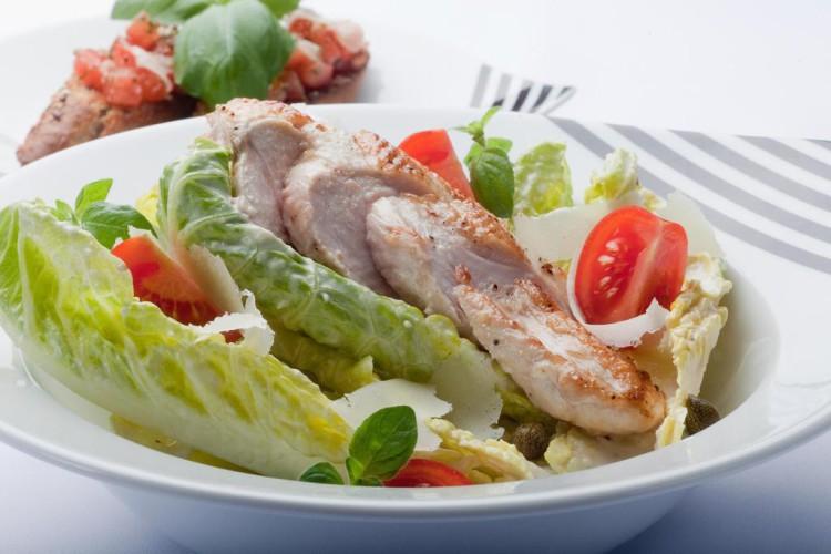 Kurczak smakuje w każdej postaci, np. grillowany w towarzystwie świeżej sałaty