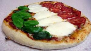 Margherita to tradycyjna włoska pizza przyprawiona kolorami włoskiej flagi