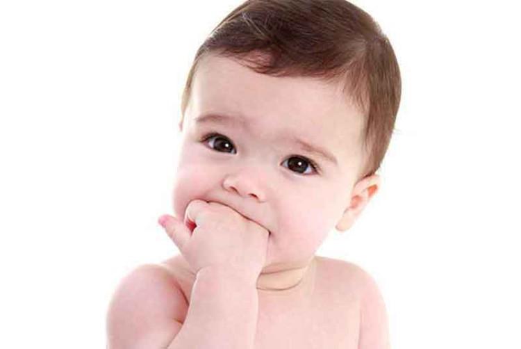 Dziecko z bolesnym ząbkowaniem radzi sobie jak może... Rączki w buzi to jeden ze sposobów!