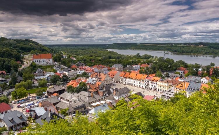 Kazimierz Dolny to urocze miasteczko położone na prawym brzegu Wisły, w jej Małopolskim Przełomie
