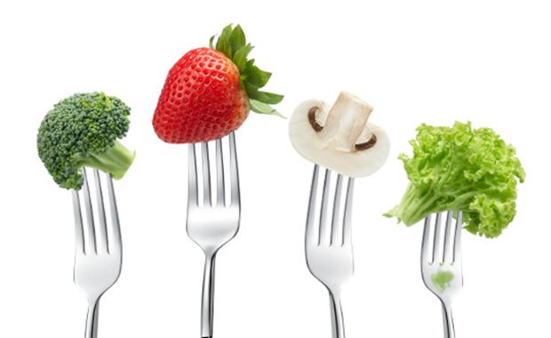 Warzywa i owoce powinny znaleźć się w każdym posiłku, w sumie zjadajmy ich dziennie około 700 g