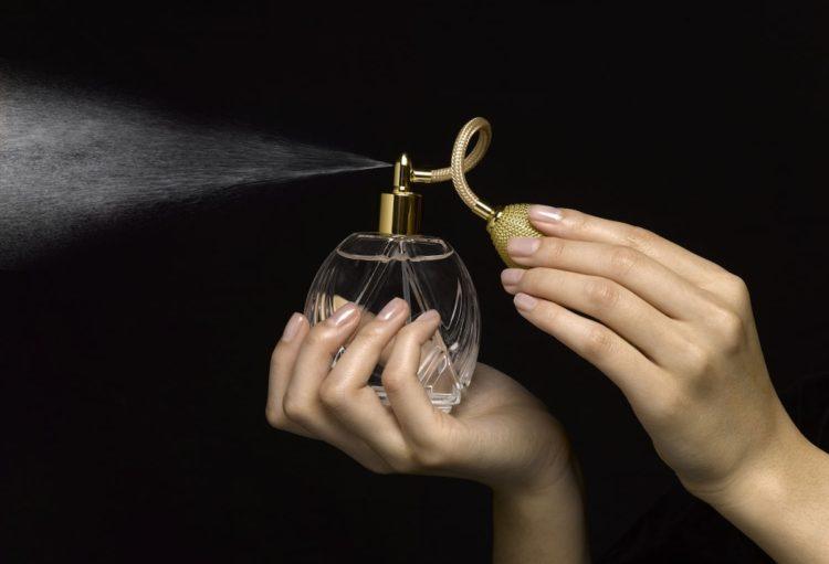 Większość z nas nie wyobraża sobie wyjścia z domu bez skropienia się perfumami. Czym pachniemy?
