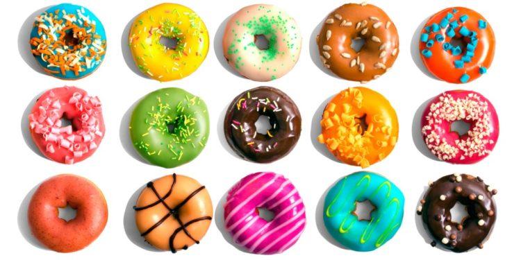 Kolorowe donuty sycą samym swym widokiem, a co dopiero po zjedzeniu jednego, dwóch lub trzech?