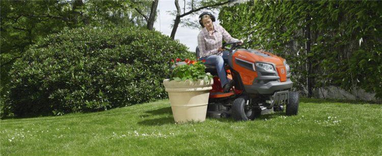 Traktor ogrodniczy należy dobrać do metrażu trawnika oraz specyficznych warunków, np. powierzchni mocno nachylonych lub gęsto porośniętych drzewami i krzewami