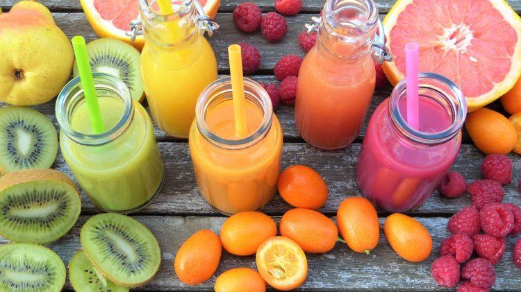 Warzywa i owoce mogą być podawane w różny sposób, np. w formie gładkich musów lub koktajli