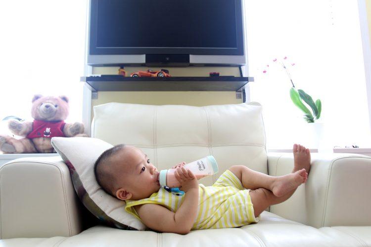 Ulewanie u niemowląt to naturalna reakcja, którą można zaobserwować u większości maluchów, bez względu na sposób ich karmienia