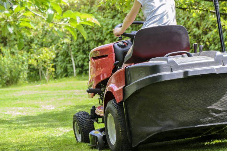 Traktory do koszenia trawy to doskonałe rozwiązanie dla osób posiadających ogrody o powierzchni powyżej 2 tyś m2 - koszenie jest szybsze i efektywniejsze