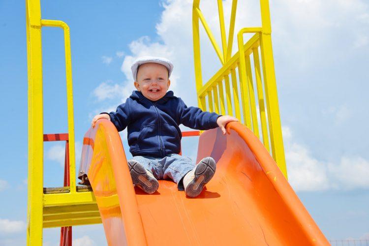 Zjeżdżalnia to jedna z najbardziej obleganych atrakcji na placu zabaw - im wyższa, tym lepsza